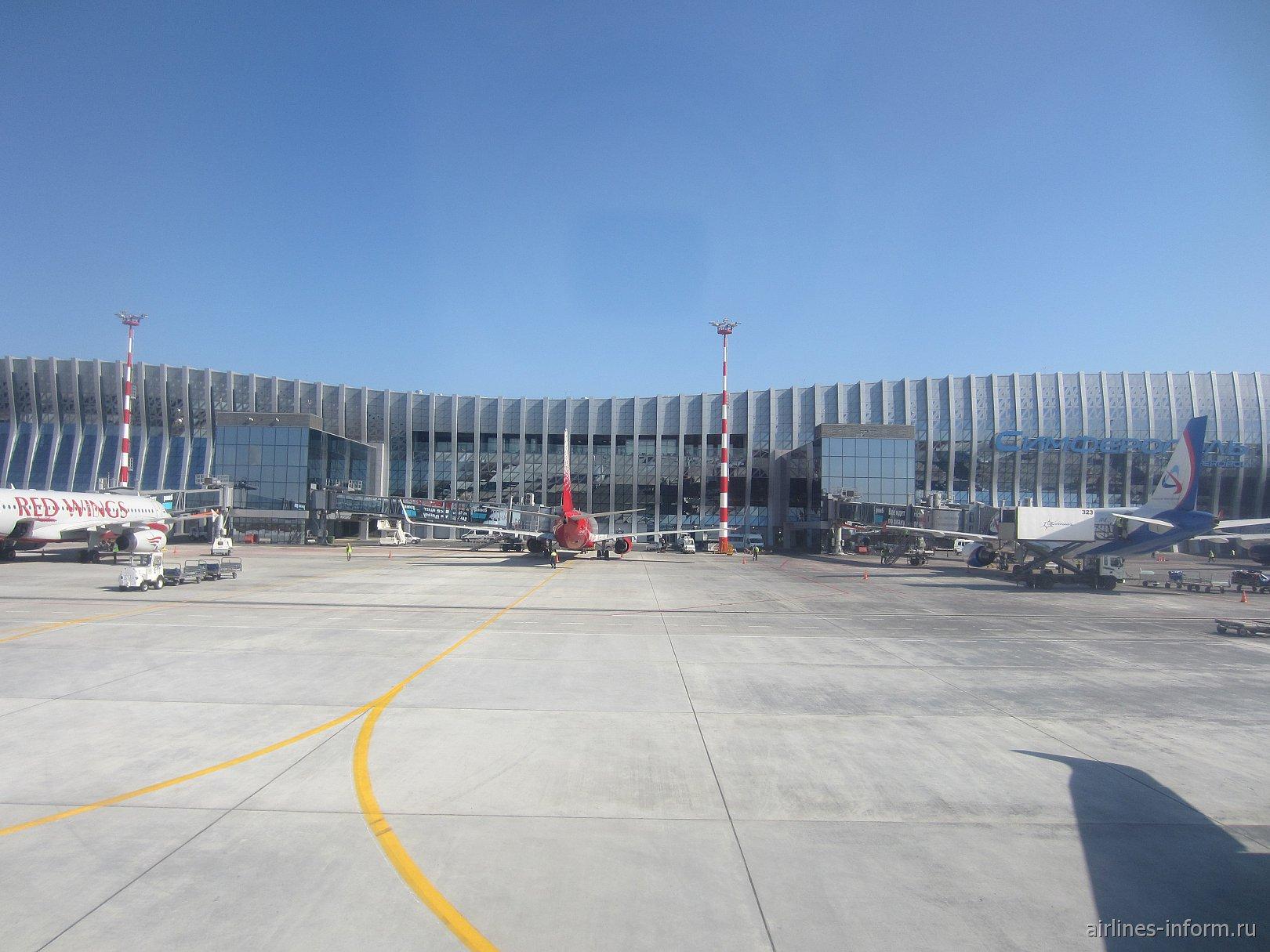 Вид с перрона на пассажирский терминал аэропорта Симферополь