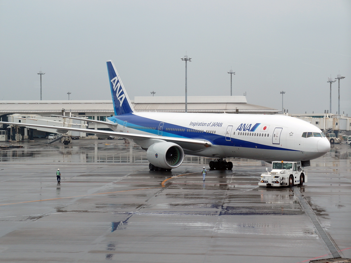 Самолет Боинг-777-200 авиакомпании ANA в аэропорту Наха