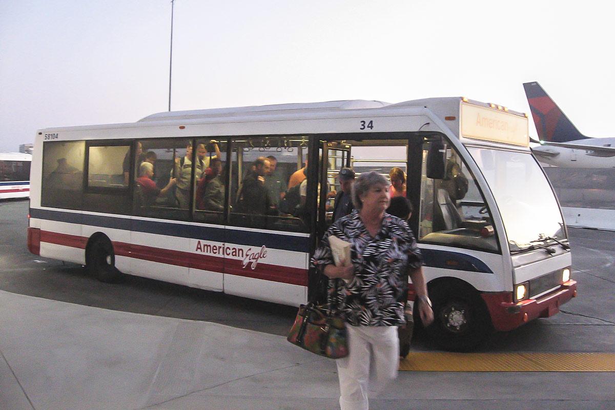 Автобус для пассажиров авиакомпании American Eagle