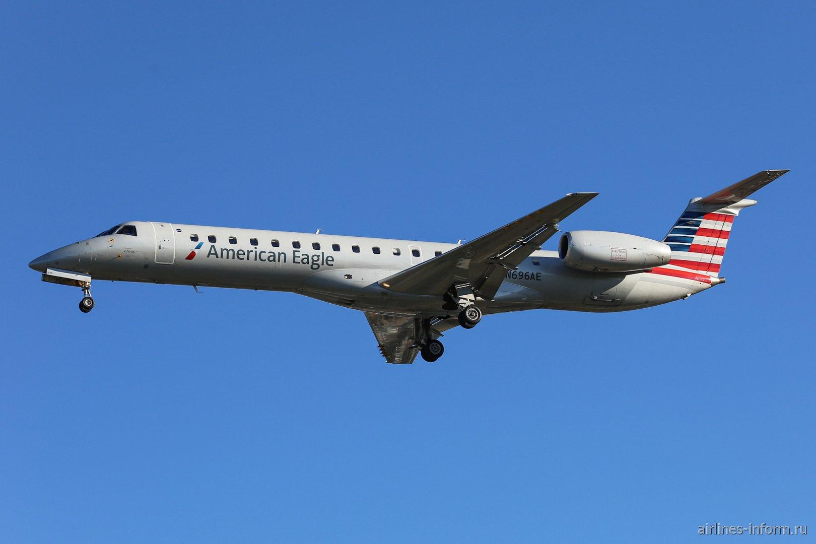 Embraer ERJ-145LR номер N696AE авиакомпании Envoy Air (сеть American Eagle)