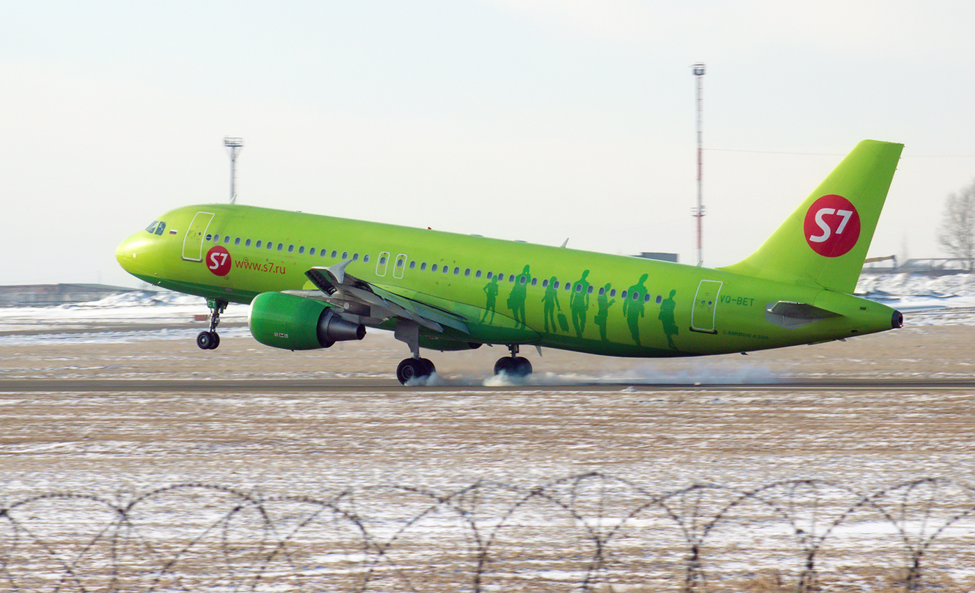 Airbus A320 VQ-BET авиакомпании S7 Airlines садится в аэропорту Иркутск