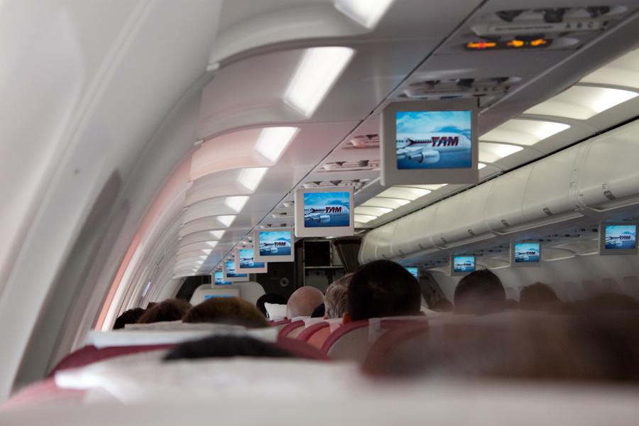 Внутри Airbus A320 авиакомпании TAM