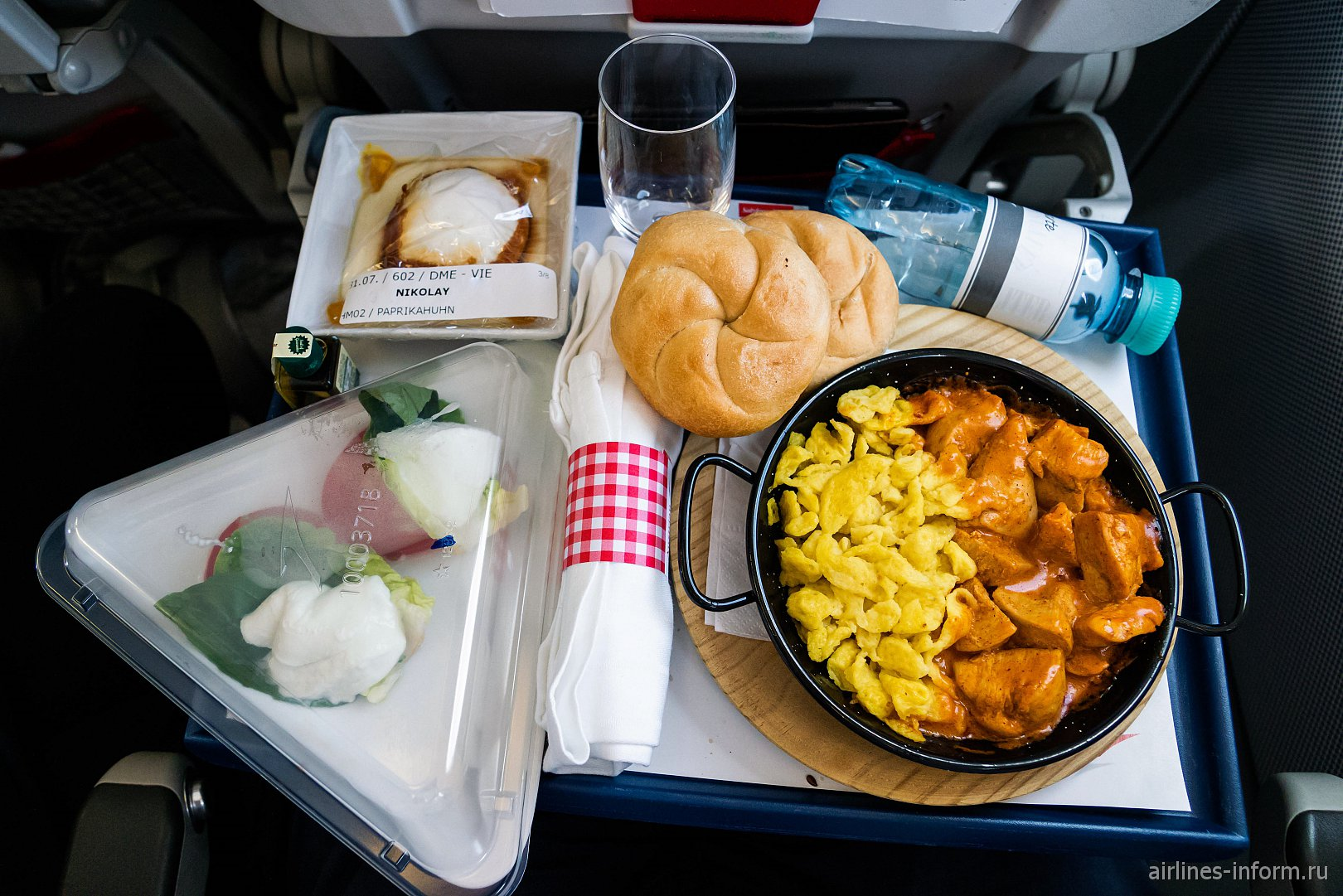 Бортовое питание из меню меню DO&CO a la carte на рейсе Москва-Вена Австрийских авиалиний