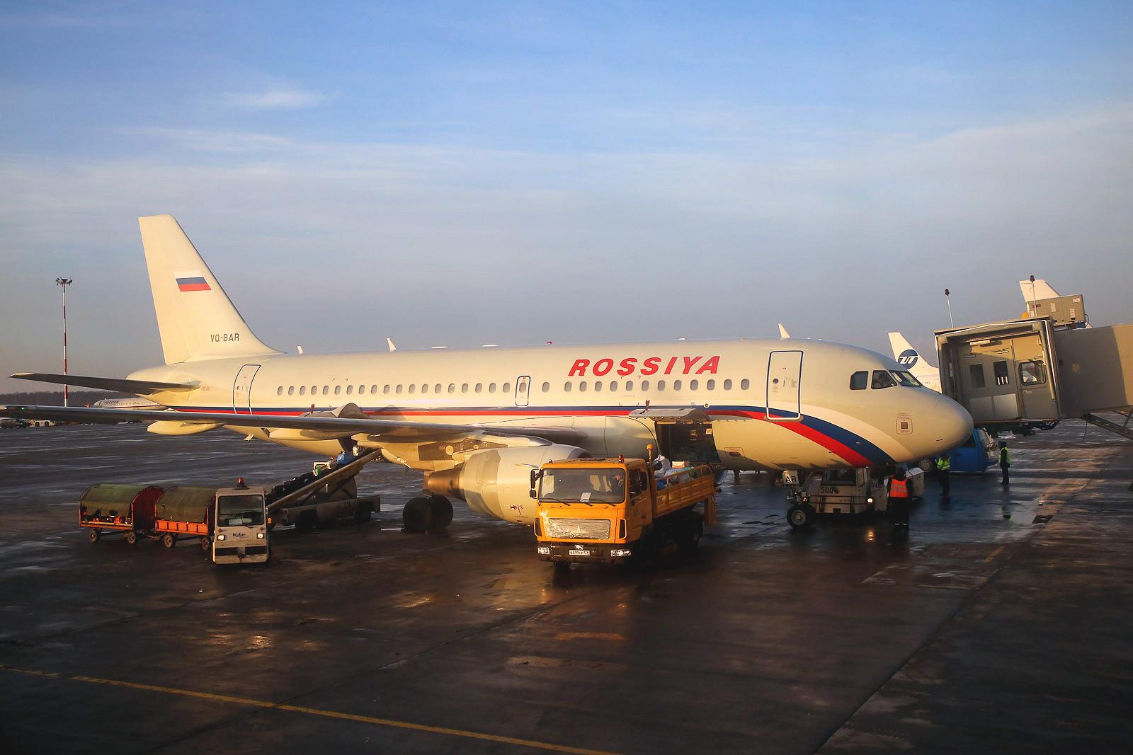 """Самолет Airbus A319 авиакомпании """"Россия"""" в аэропорту Пулково"""
