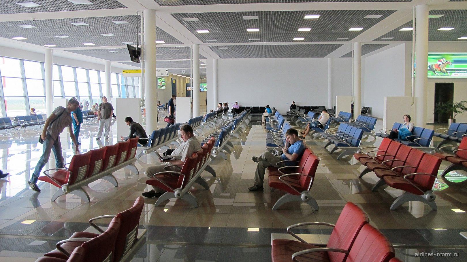 Зал ожидания в чистой зоне аэропорта Владивостока