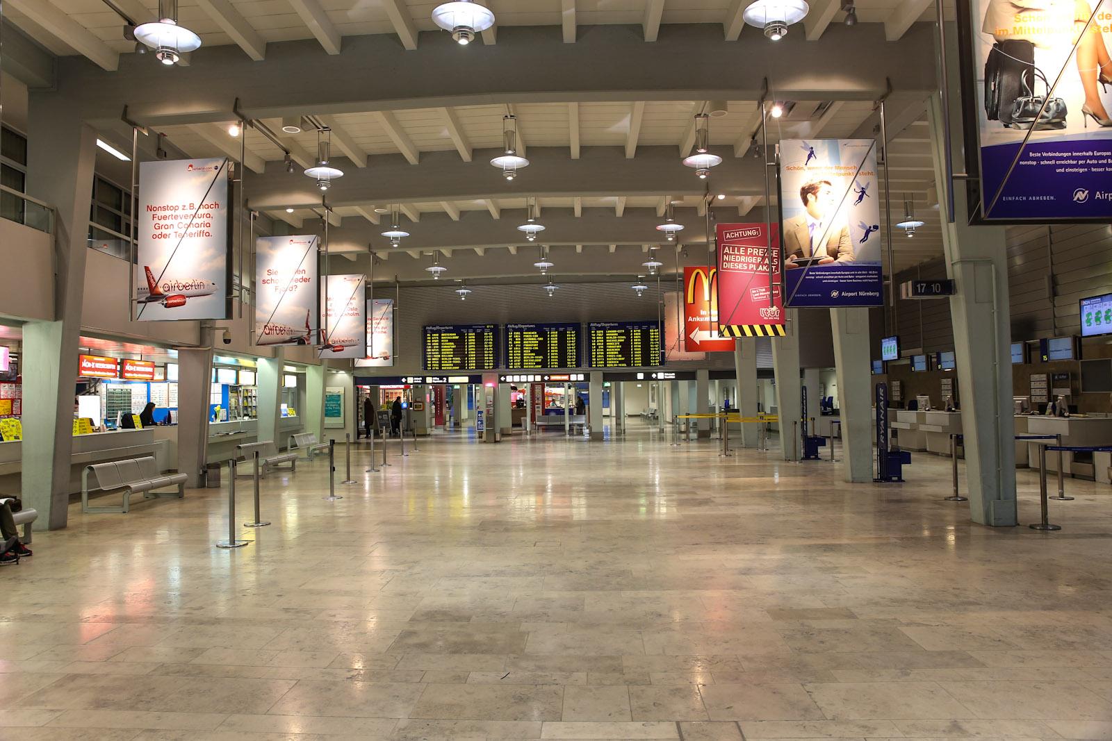 Стойки регистрации Ryanair и офисы турфирм в аэропорту Нюрнберг