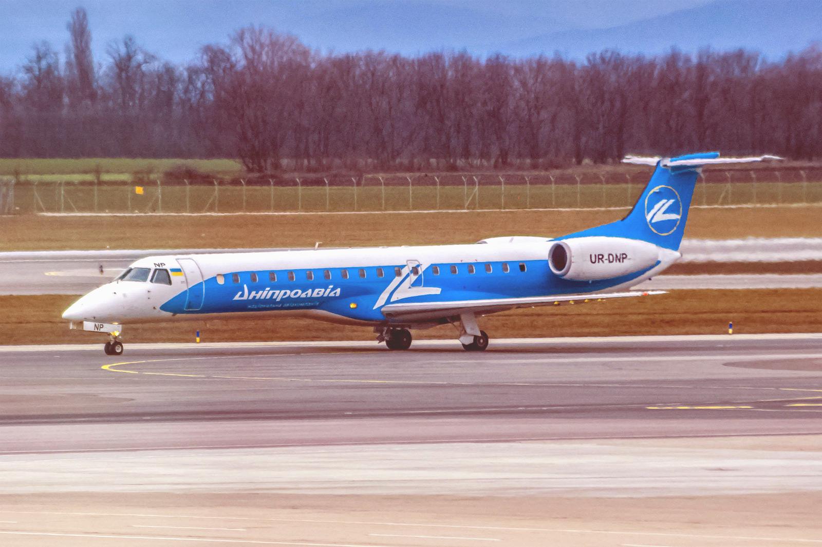 """Самолет Embraer ERJ-145 UR-DNP авиакомпании """"Днеправиа"""" в аэропорту Вены"""
