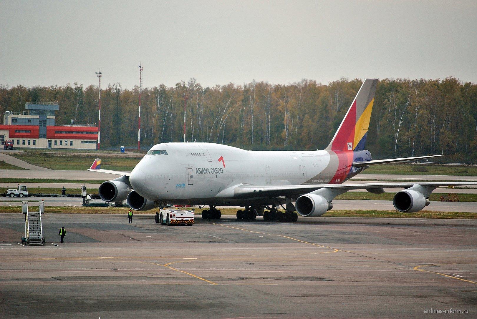Грузовой Боинг-747-400 авиакомпании Asiana Cargo в аэропорту Домодедово