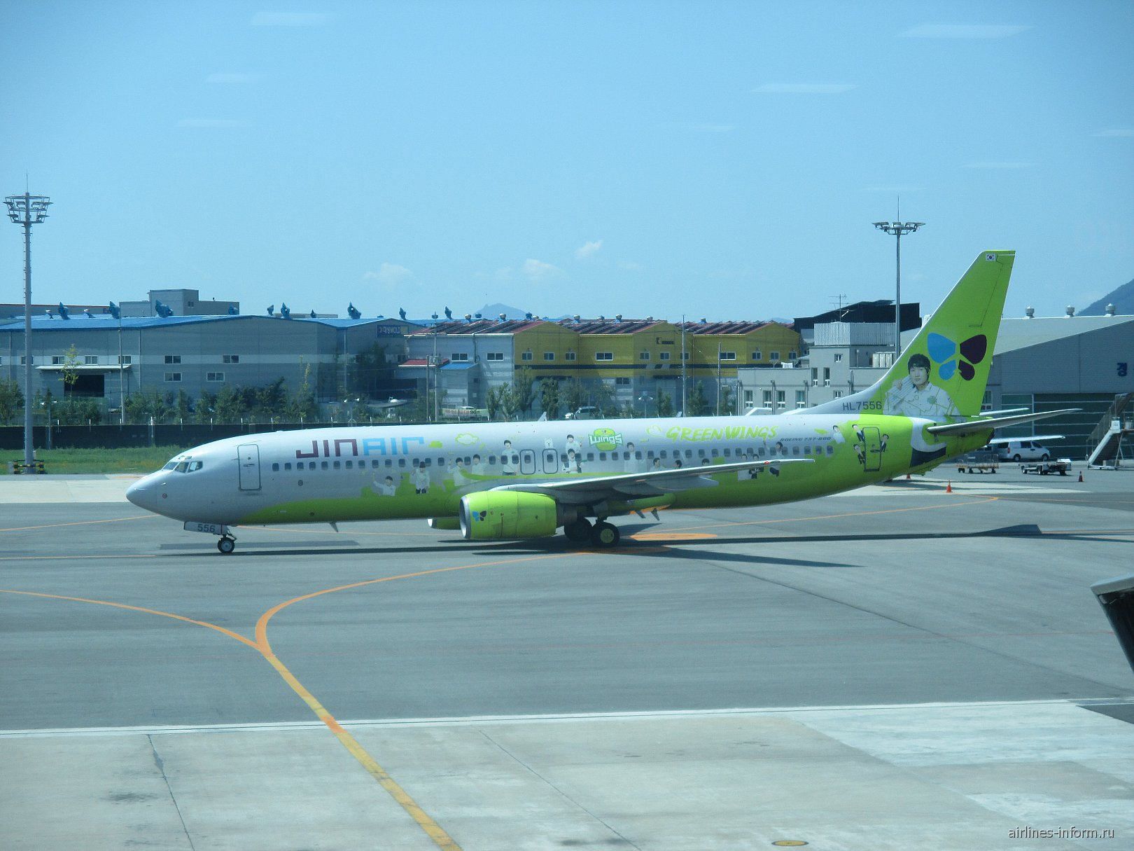 """Боинг-737-800 HL7556 авиакомпании """"Jin Air"""" в аэропорту Пусан Гимхэ"""