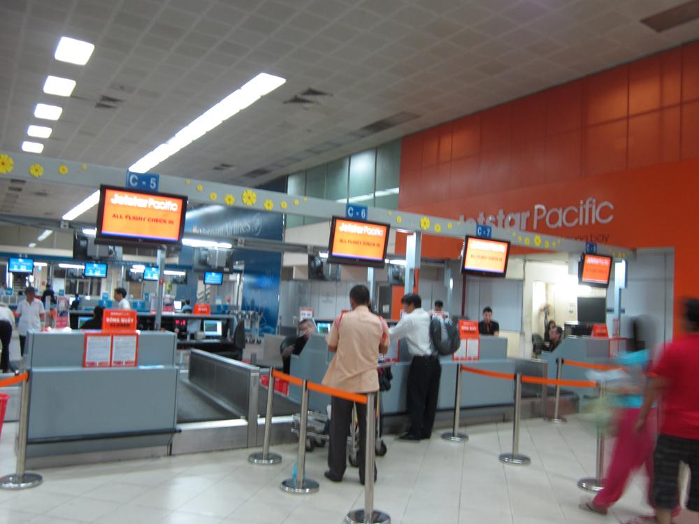 Стойки регистрации авиакомпани JetStar Pacific в аэропорту Хошимина