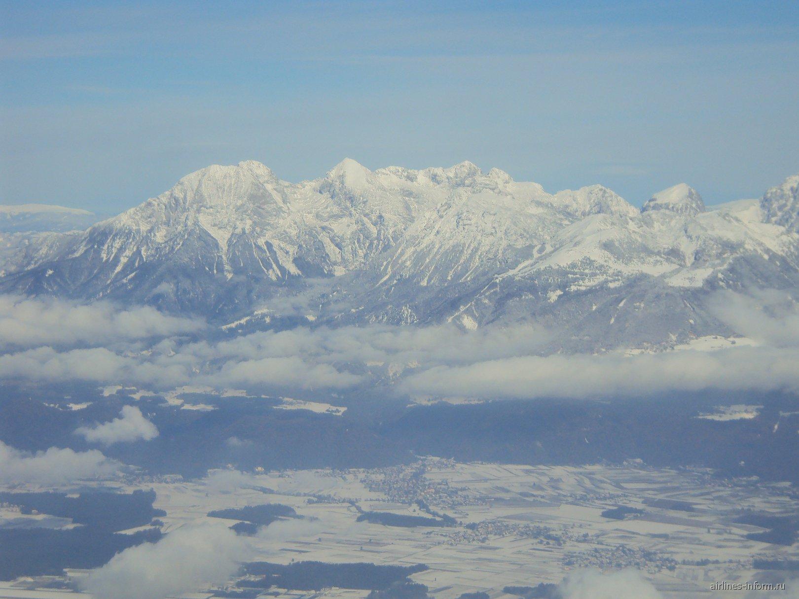 Вид на горы сразу после взлета из аэропорта Любляны