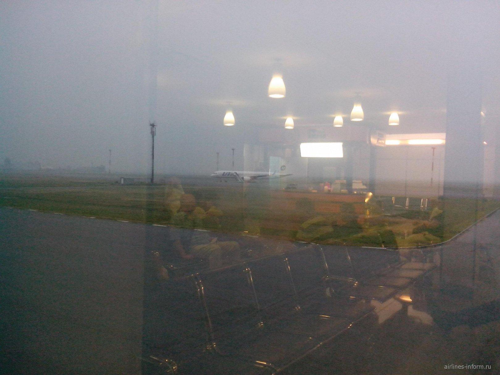 Боинг-757-200 ЮТэйр в аэропорту Омска