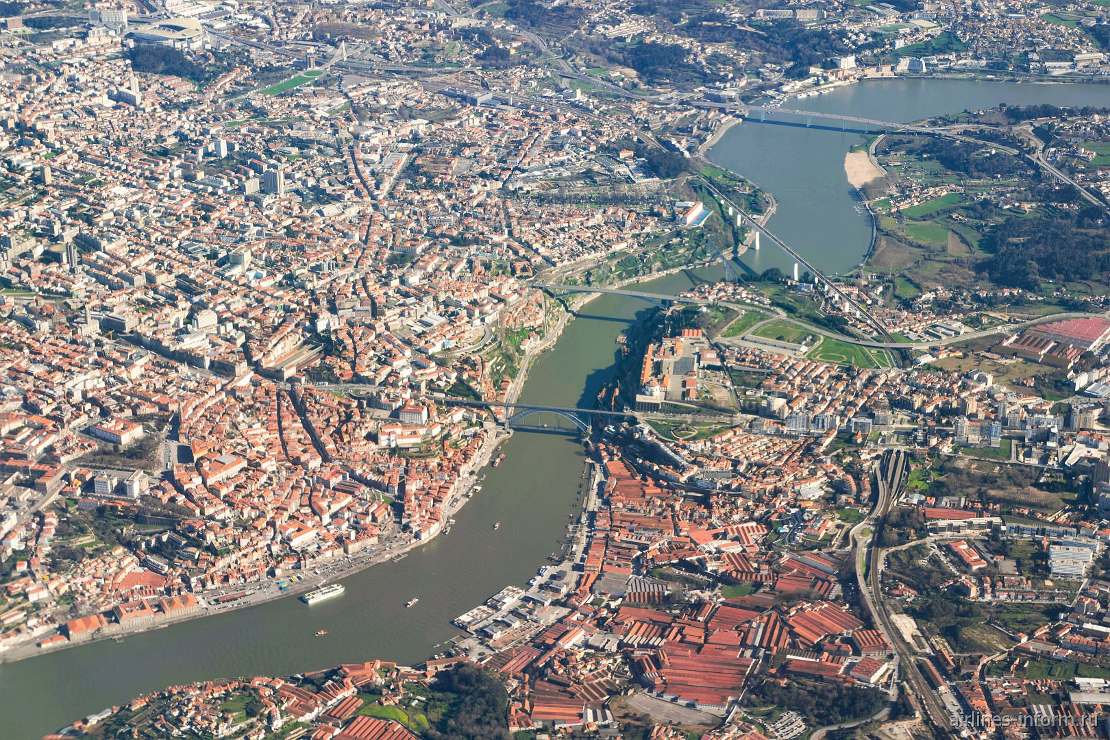 Вид из иллюминатора самолета на центр города Порту