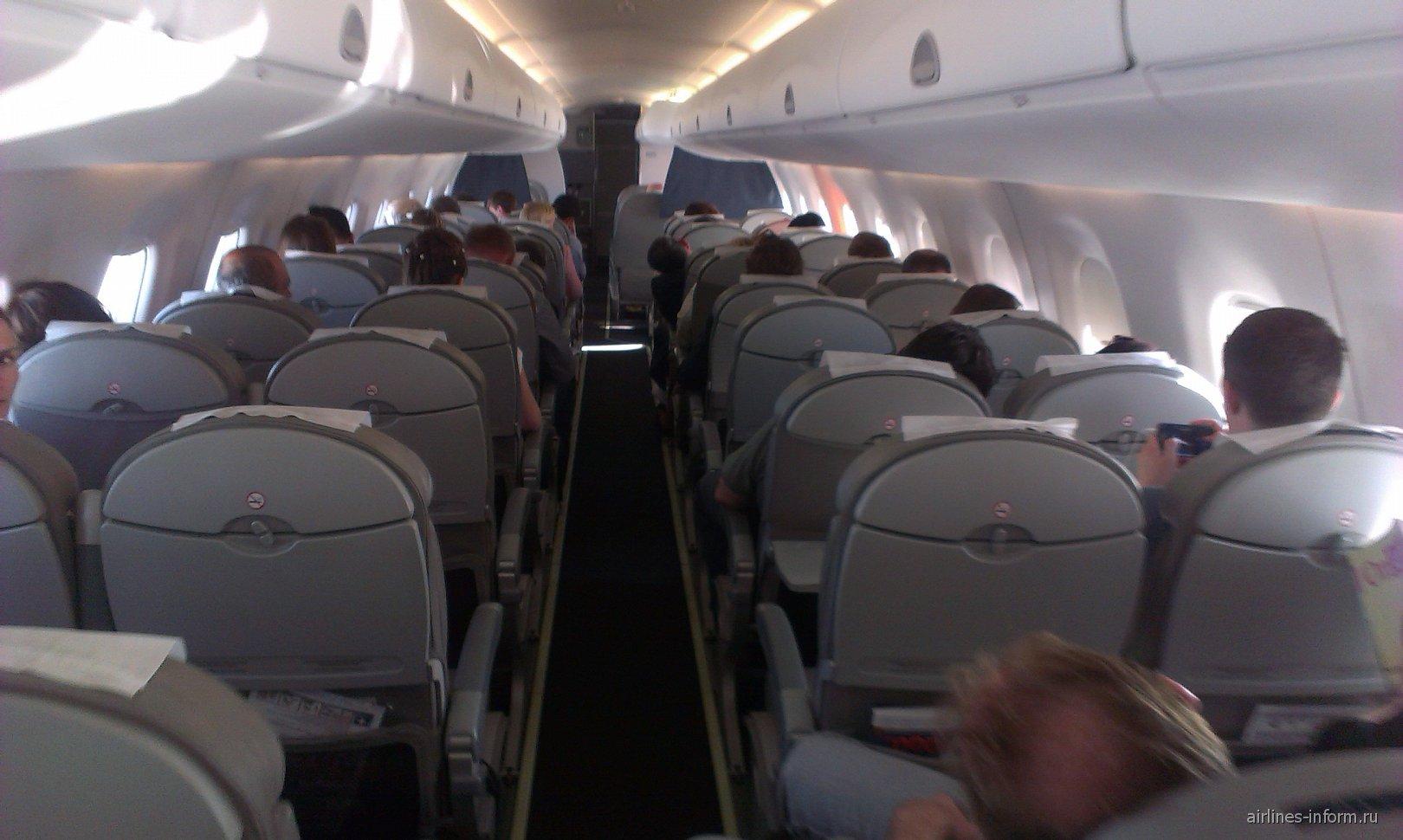 Салон самолета Embraer 170 авиакомпании Белавиа