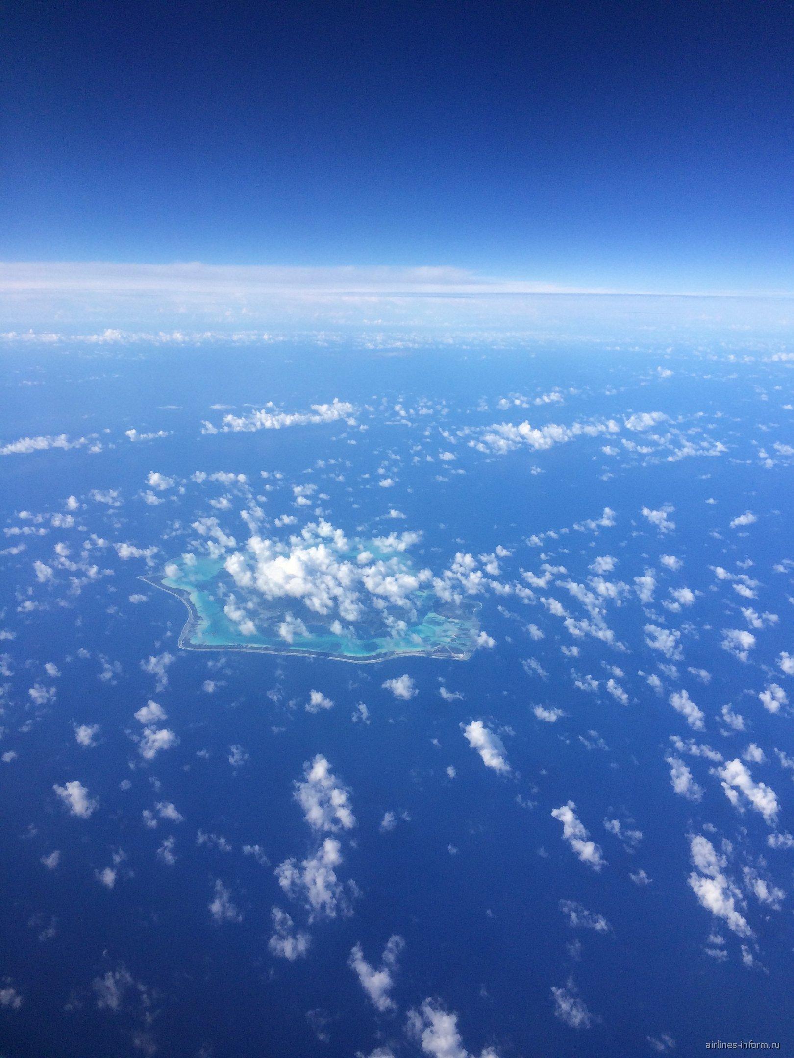 Облака над островом Бора-Бора в Тихом океане