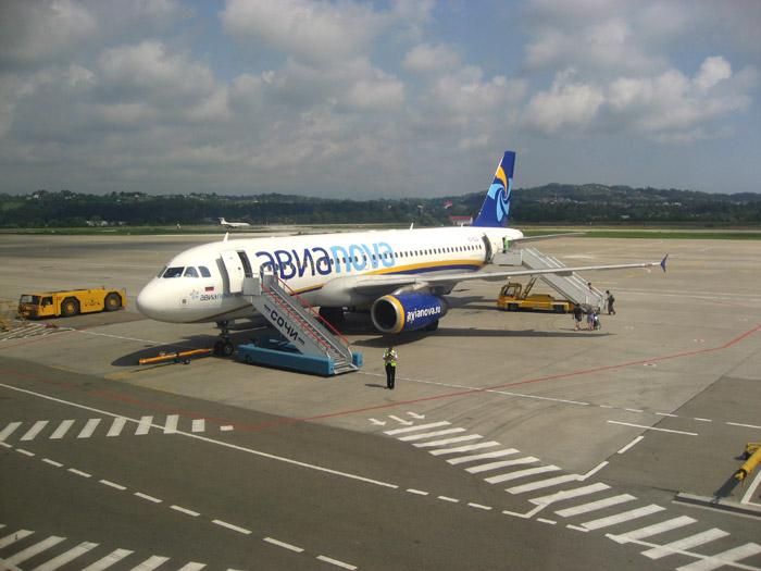 Самолет Эрбас А320 авиакомпании Авианова в аэропорту Сочи