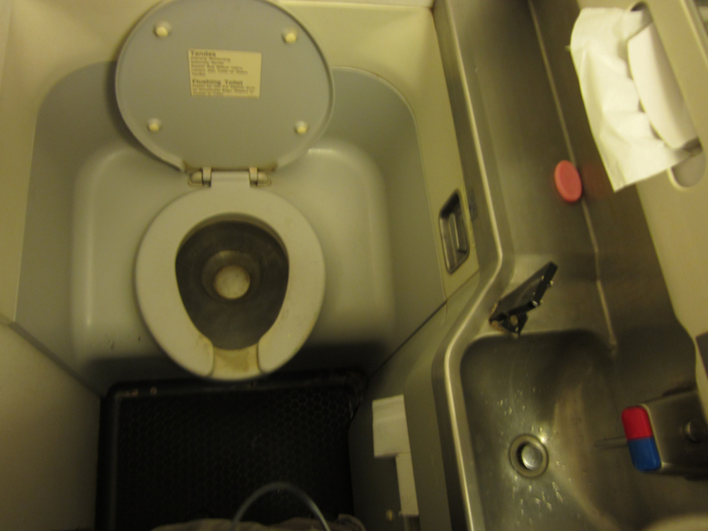 Туалет Боинг-737-400 авиакомпании Jetstar Pacific