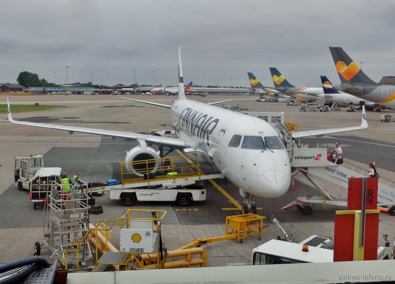 Загрузка самолета Embraer 190 авиакомпании Finnair в аэропорту Манчестера