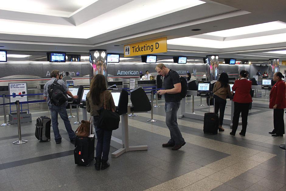 Стойки регистрации American Airlines в аэропорту Ла-Гардия в Нью-Йорке
