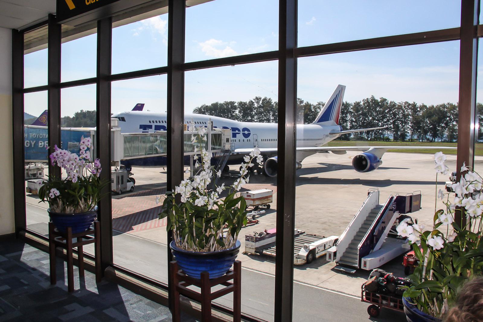 Цветы в зоне выхода на посадку в аэропорту Пхукета