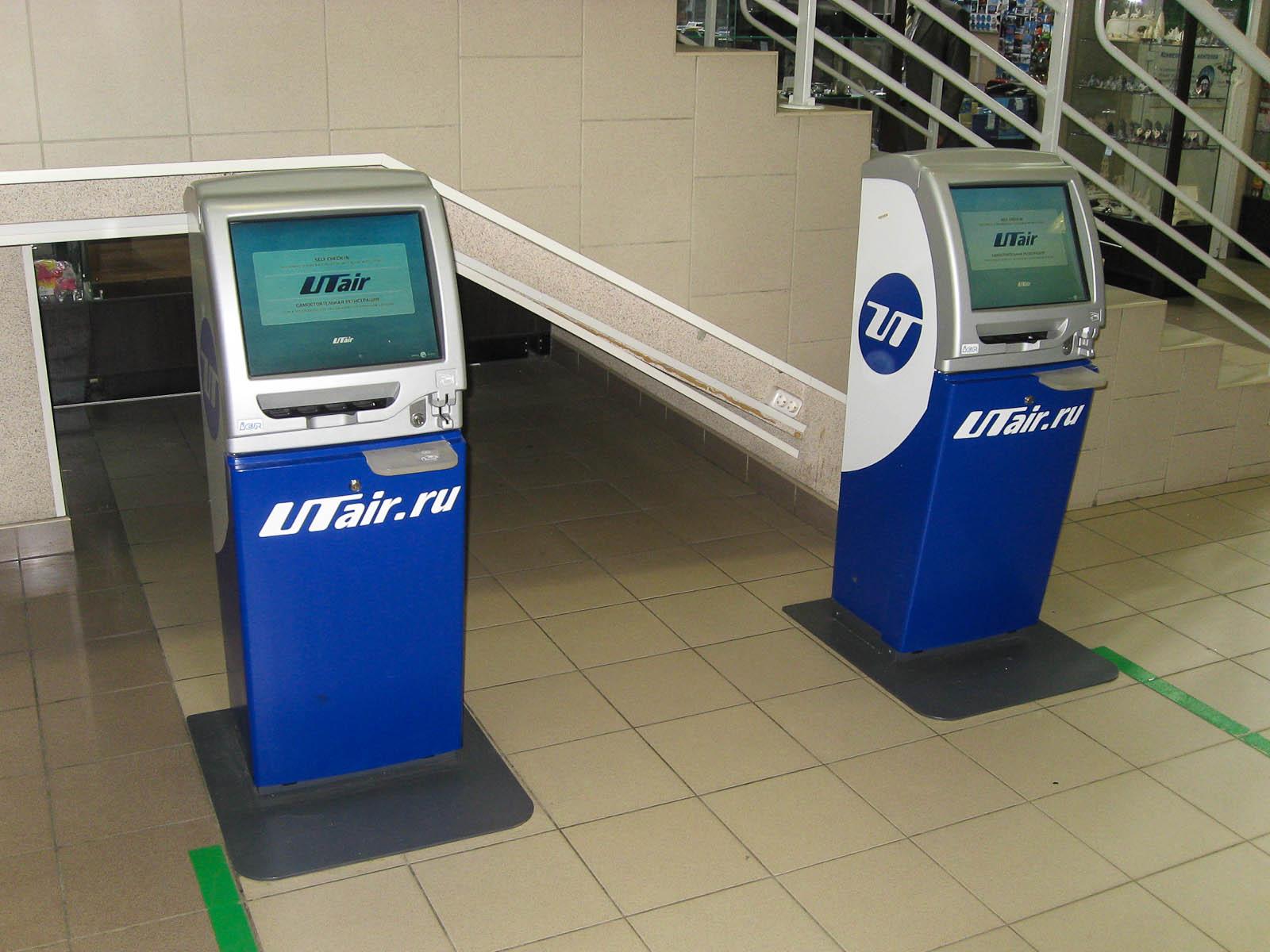 """Киоски самостоятельной регистрации """"ЮТэйр"""" в аэропорту Сургут"""