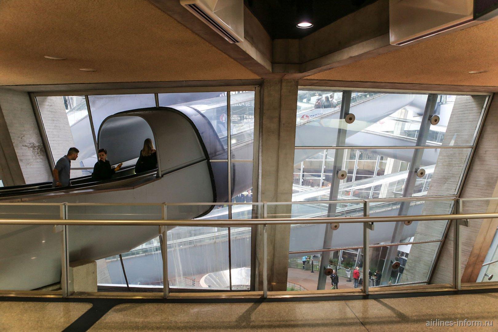 Эскалаторы в терминале 1 аэропорта Париж Шарль-де-Голль