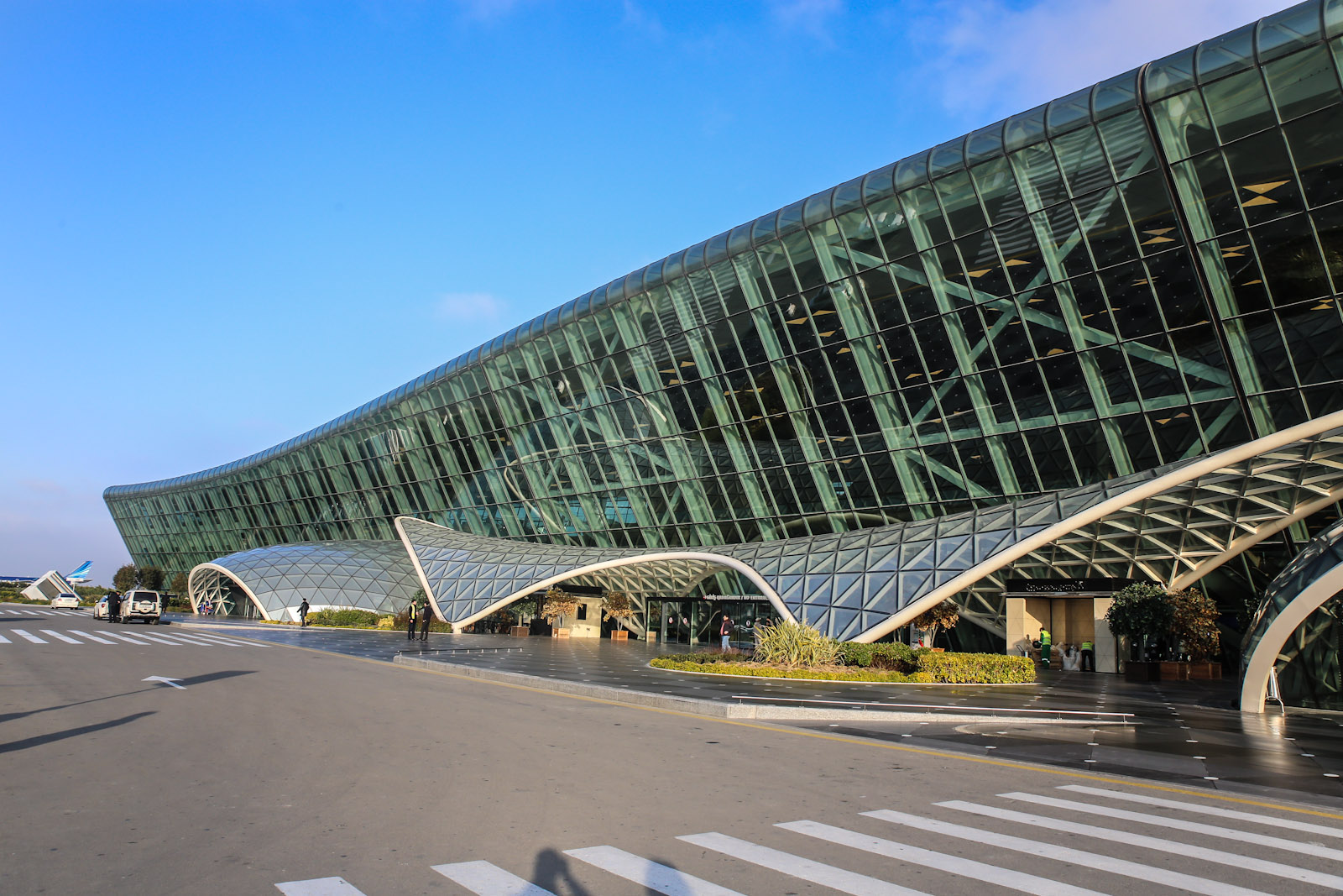 У входа в терминал 1 аэропорта Баку