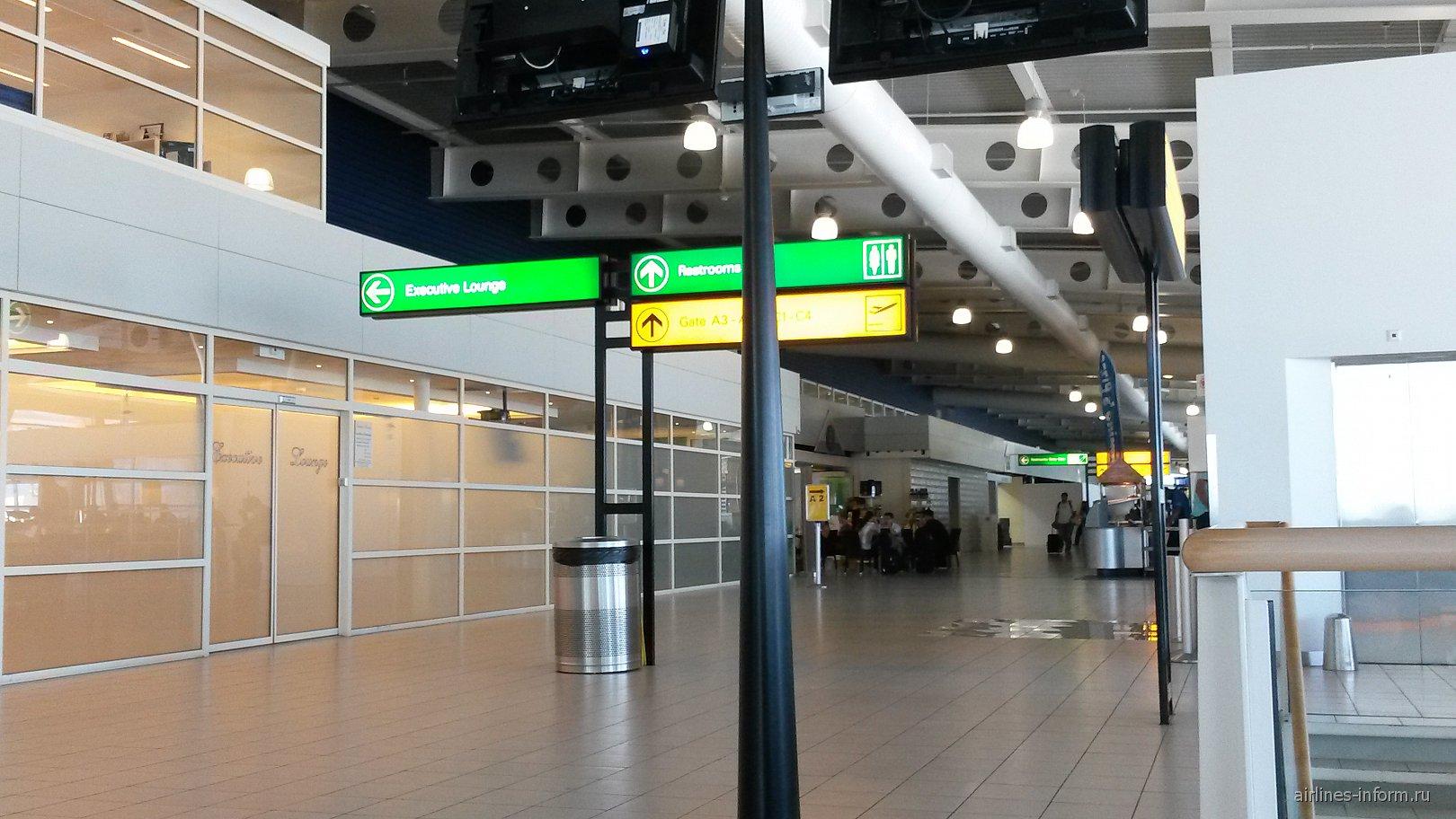 Вход в зал повышенной комфортности в чистой зоне аэропорта Сен-Мартен