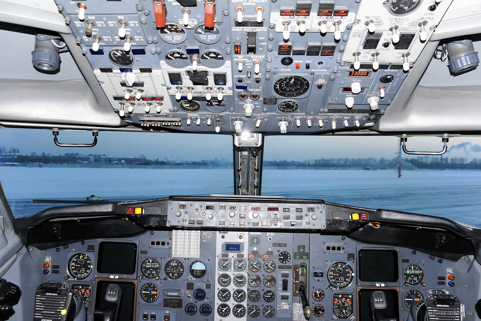 Кабина пилотов в самолете Боинг-737-500