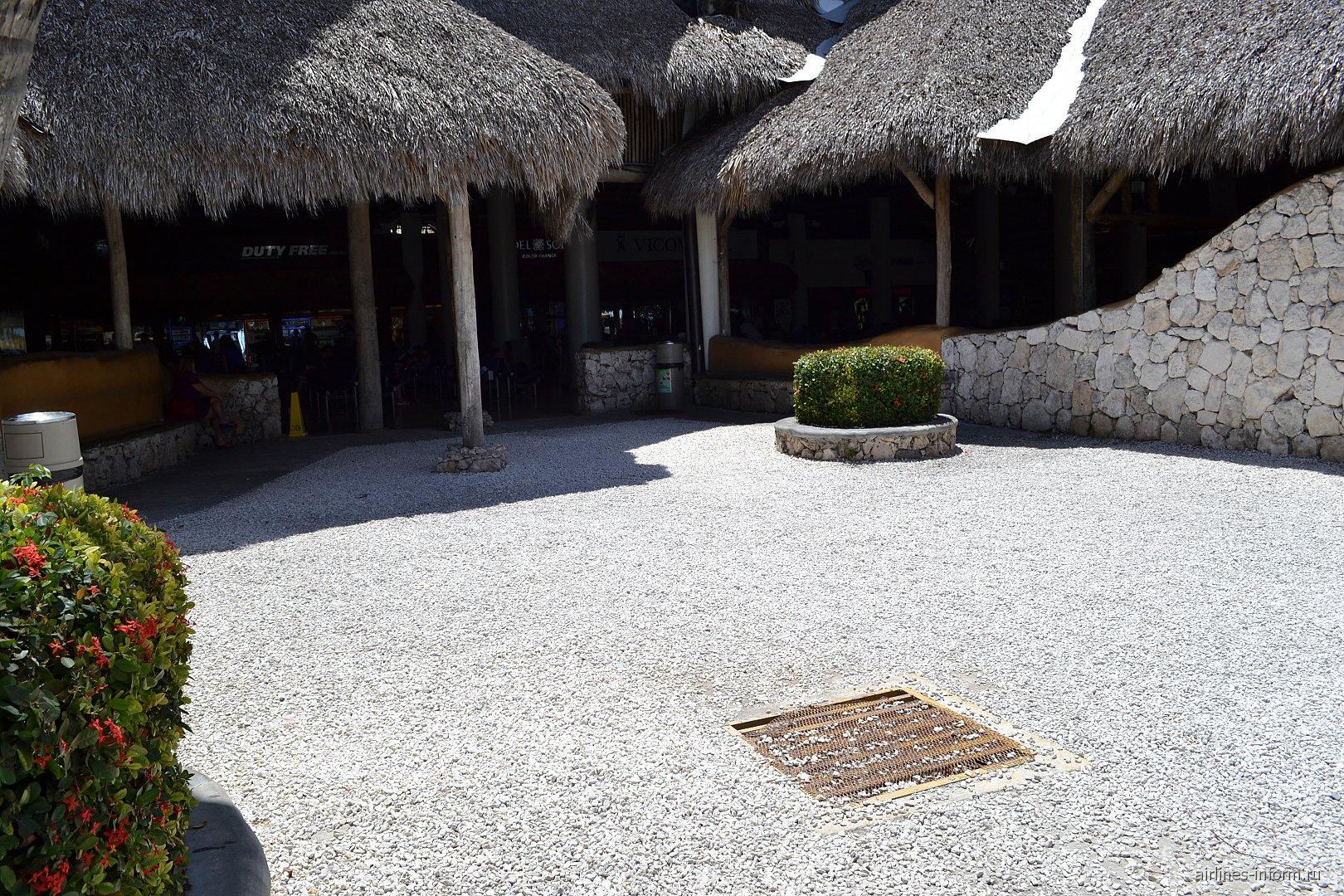 Площадка для курения в аэропорту Пунта-Кана