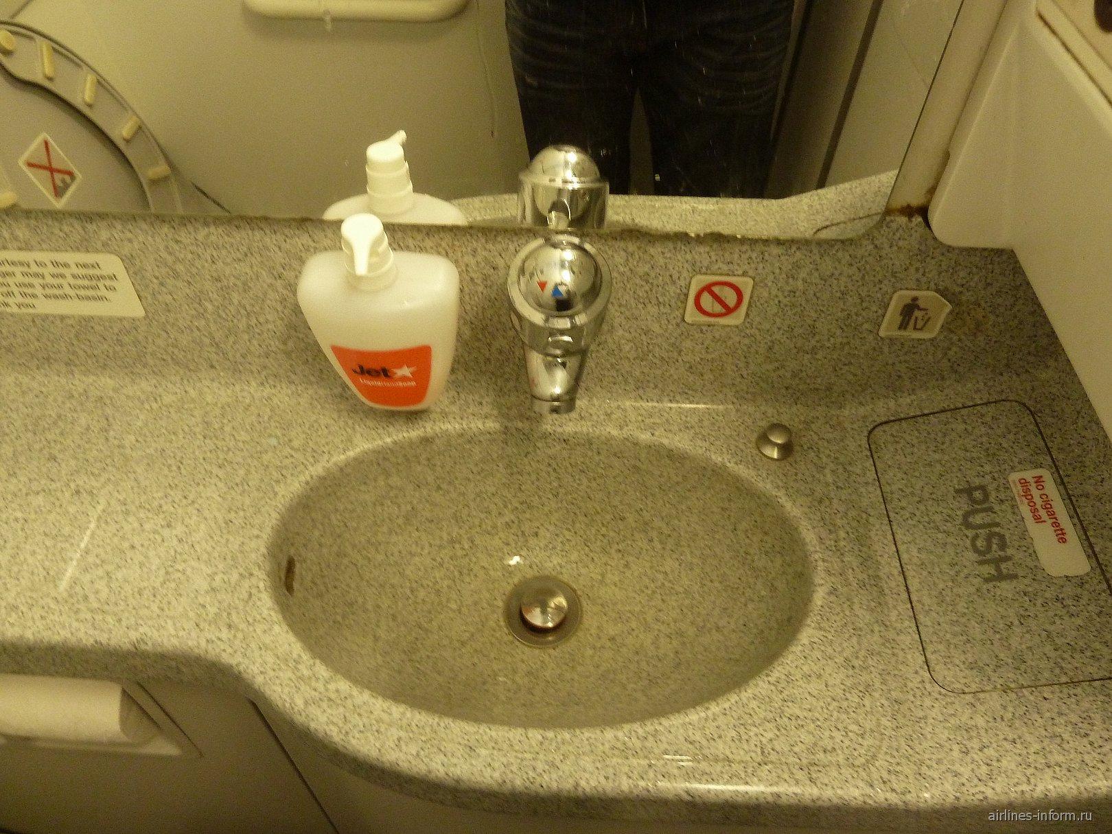 Туалет самолета Airbus A320 авиакомпании JetStar Airways