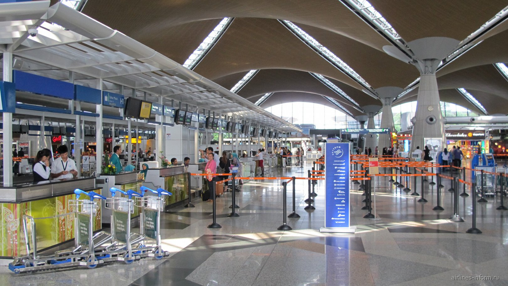 Стойки регистрации в основном терминале аэропорта Куала-Лумпур