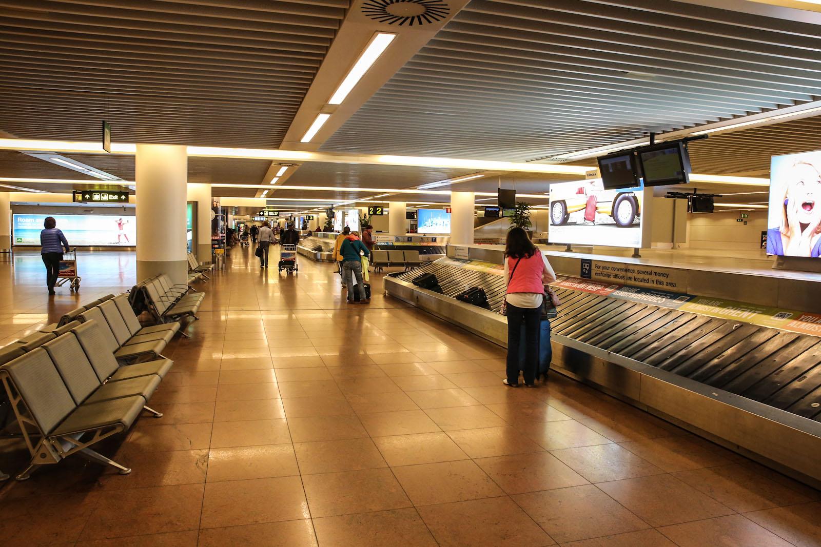 Зал выдачи багажа в пирсе B аэропорта Брюссель