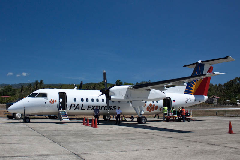 Bombardier Dash 8 Q300 в аэропорту Катиклана