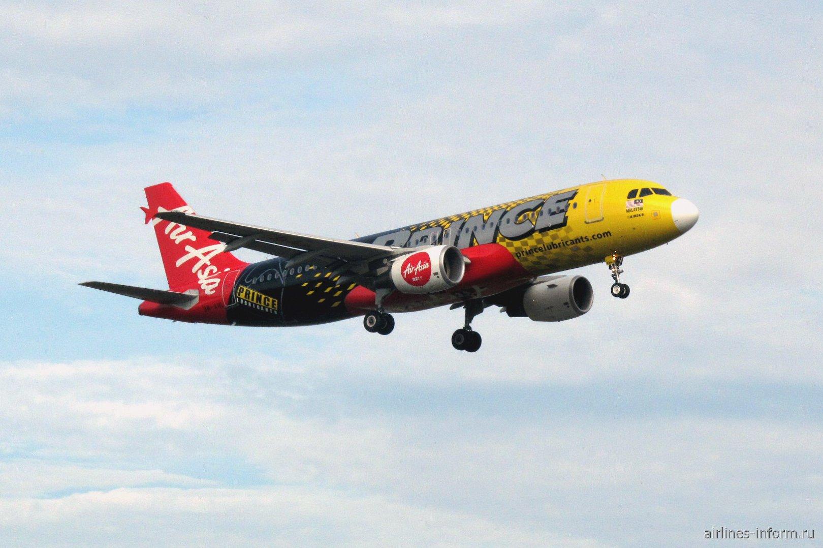 Airbus A320 авиакомпании AirAsia садится в аэропорту Лангкави