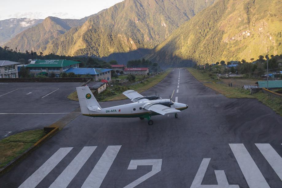 Самолет DHC-6-300 Twin Otter авиакомпании Tara Air выруливает на взлет в аэропорту Лукла