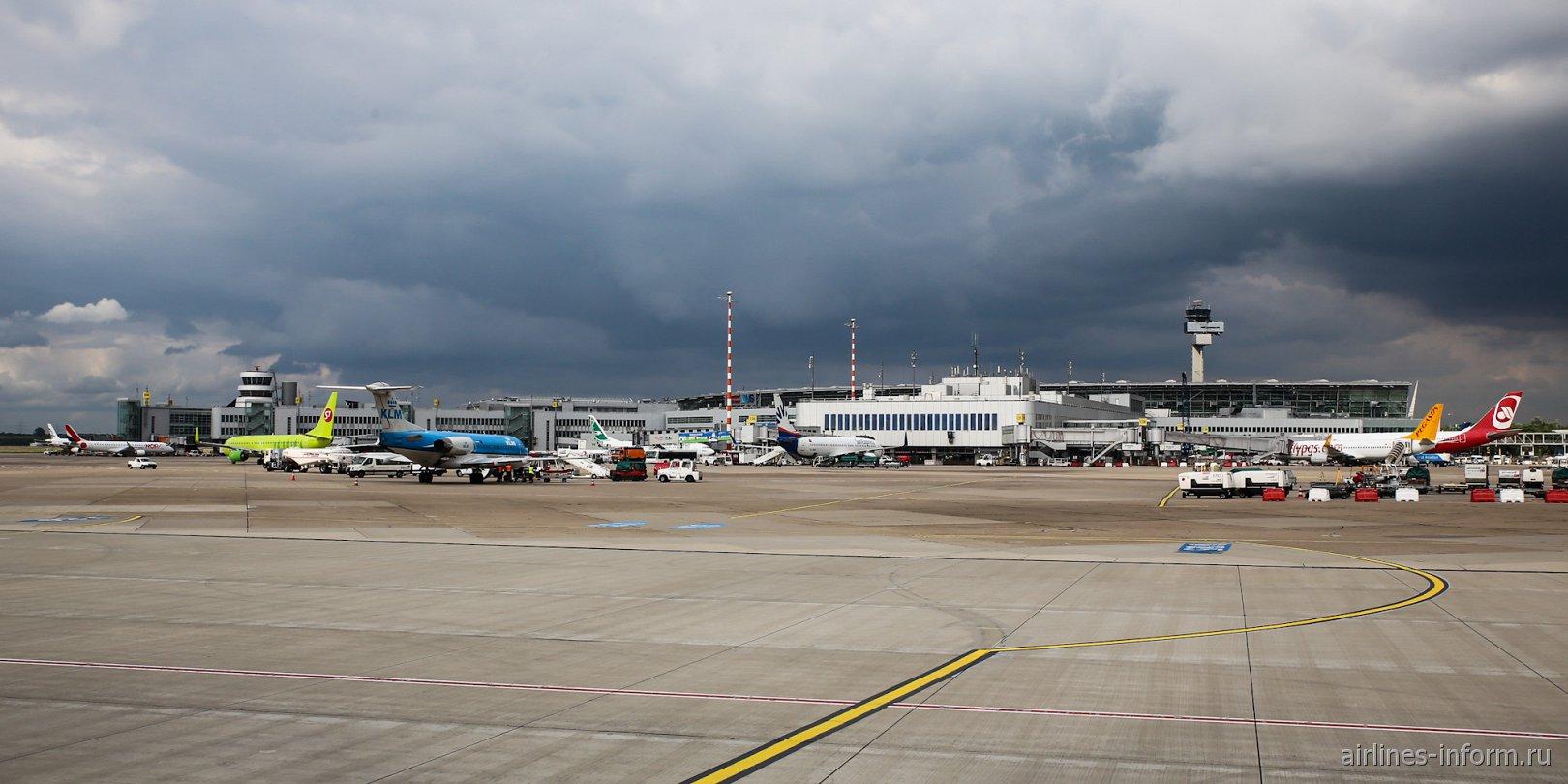 Вид с перрона на пассажирский терминал аэропорта Дюссельдорф