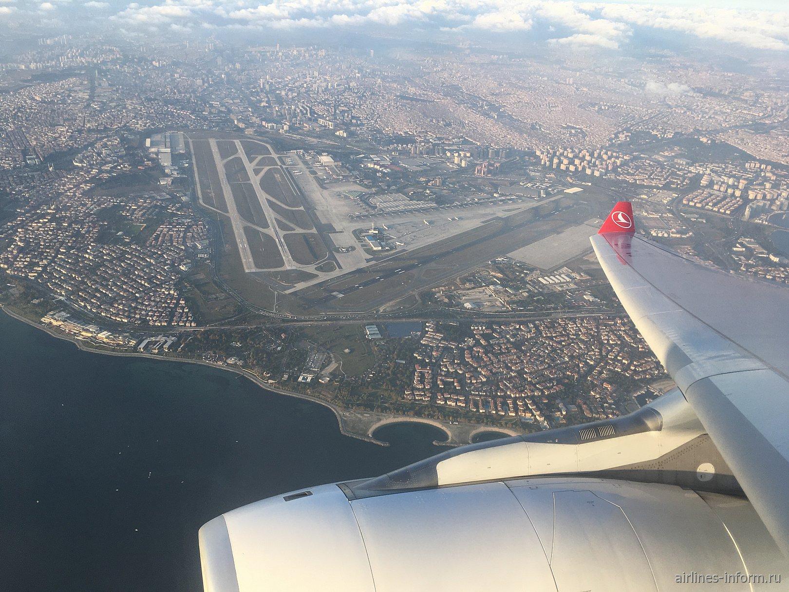 Вид из самолета на аэропорта имени Ататюрка в Стамбуле