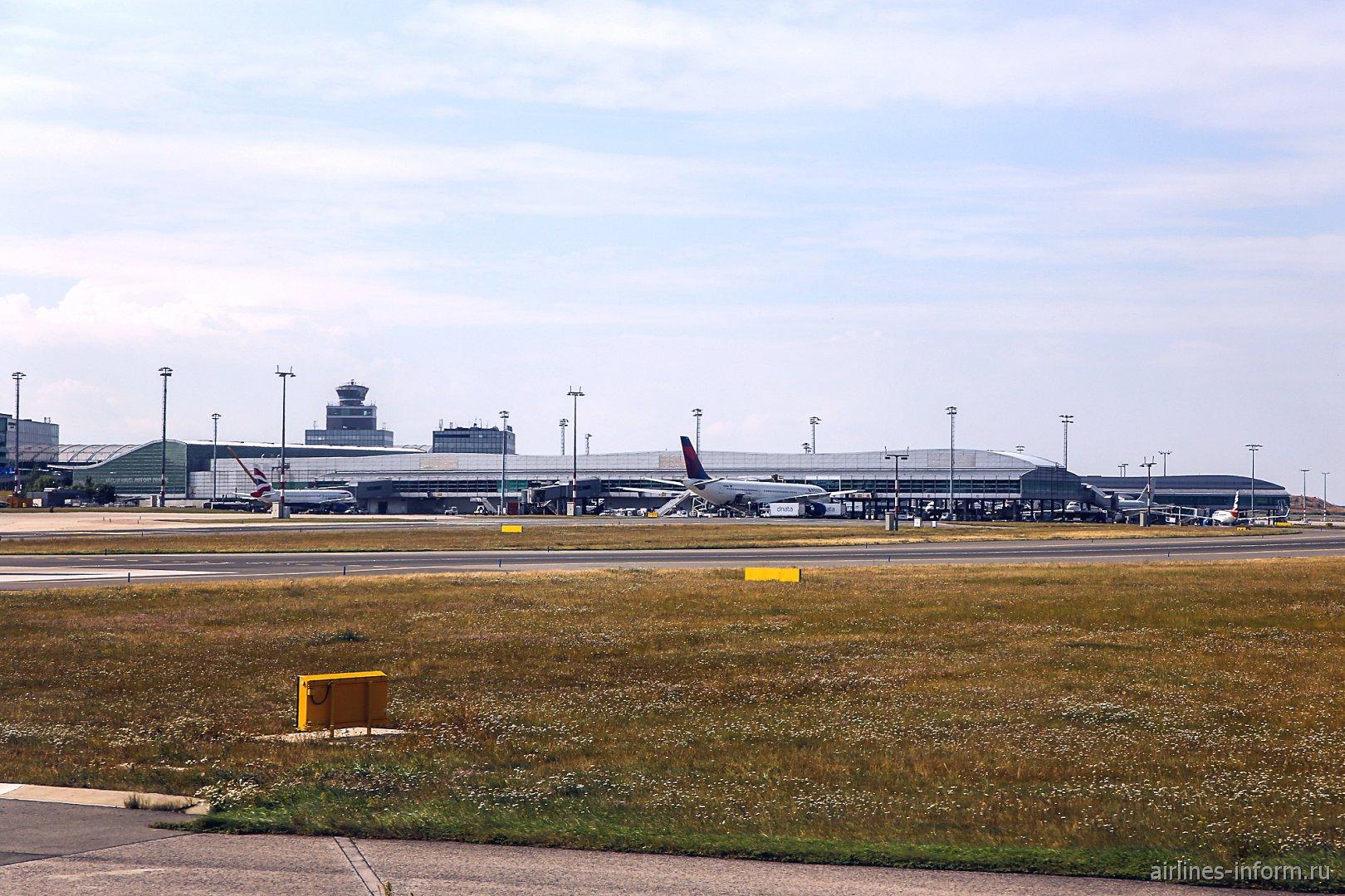 Вид с взлетной полосы на пассажирские терминалы аэропорта Прага