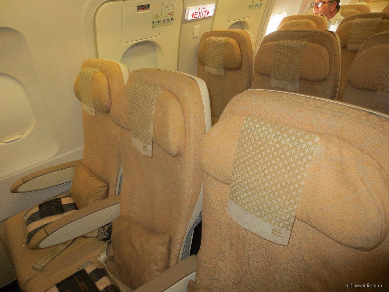 Пассажирские кресла эконом-класса в самолете Airbus A320 авиакомпании Etihad Airways
