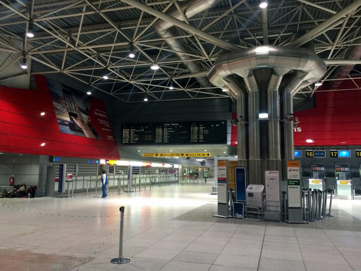 Зал регистрации в терминале 1 аэропорта Лиссабон Портела