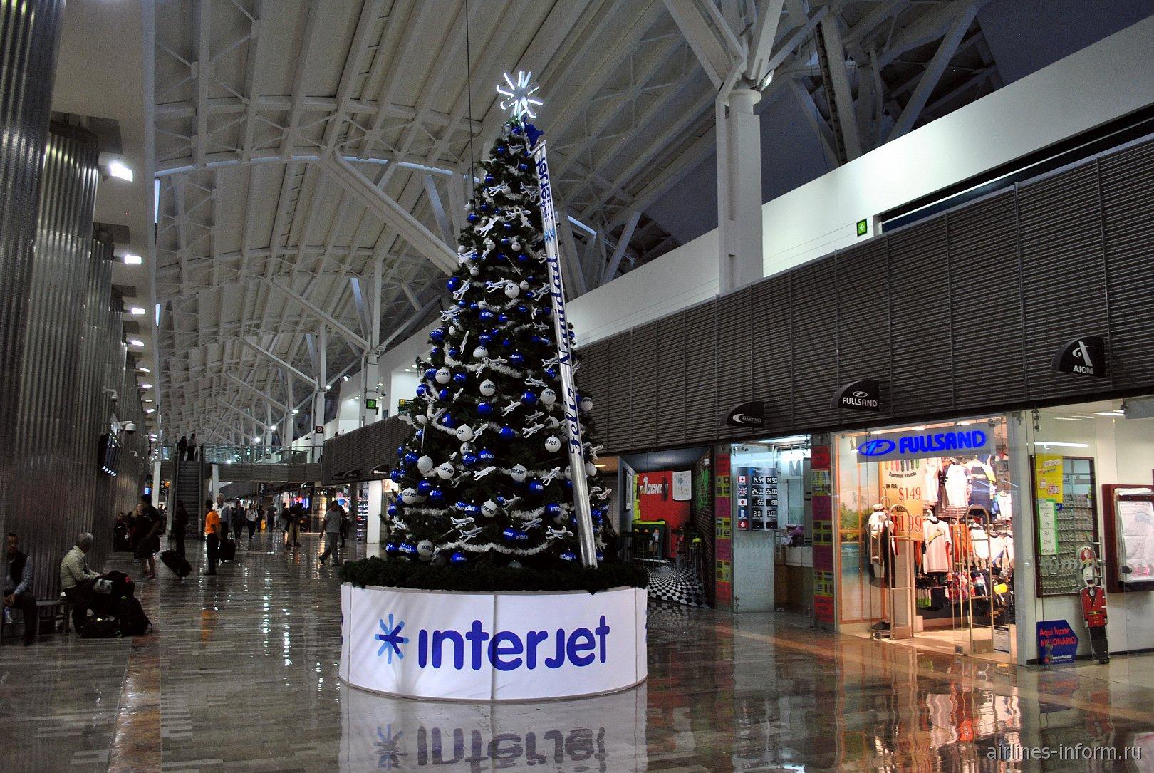 Елка от авиакомпании Interjet в терминале Т1 аэропорта Мехико Бенито Хуарес
