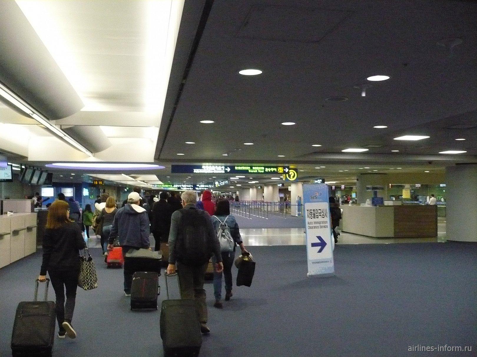 Ну вот мы и в трансферной зоне аэропорта Инчон. Пассажиры, прибывшие в аэропорт, делятся на несколько потоков: транзит и прибывшие. Все достаточно просто. Везде указатели, куда необходимо двигаться. Аэропорт просто огромен, но ничего сложного здесь нет.