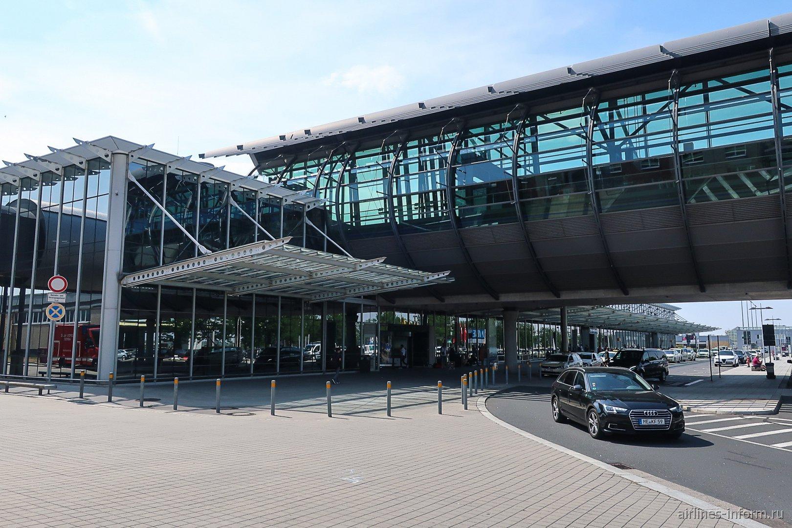 Вход в пассажирский терминал B аэропорта Лейпциг-Галле