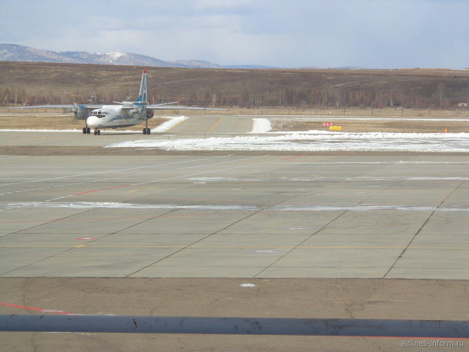 АН-24 авиакомпании Ангара на рулежной дорожке аэропорта Кадала, города Читы