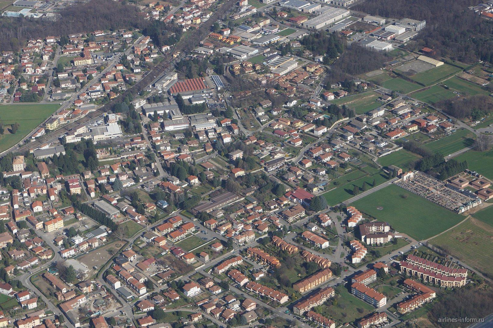 Жилые кварталы после взлета из аэропорта Милан Мальпенса