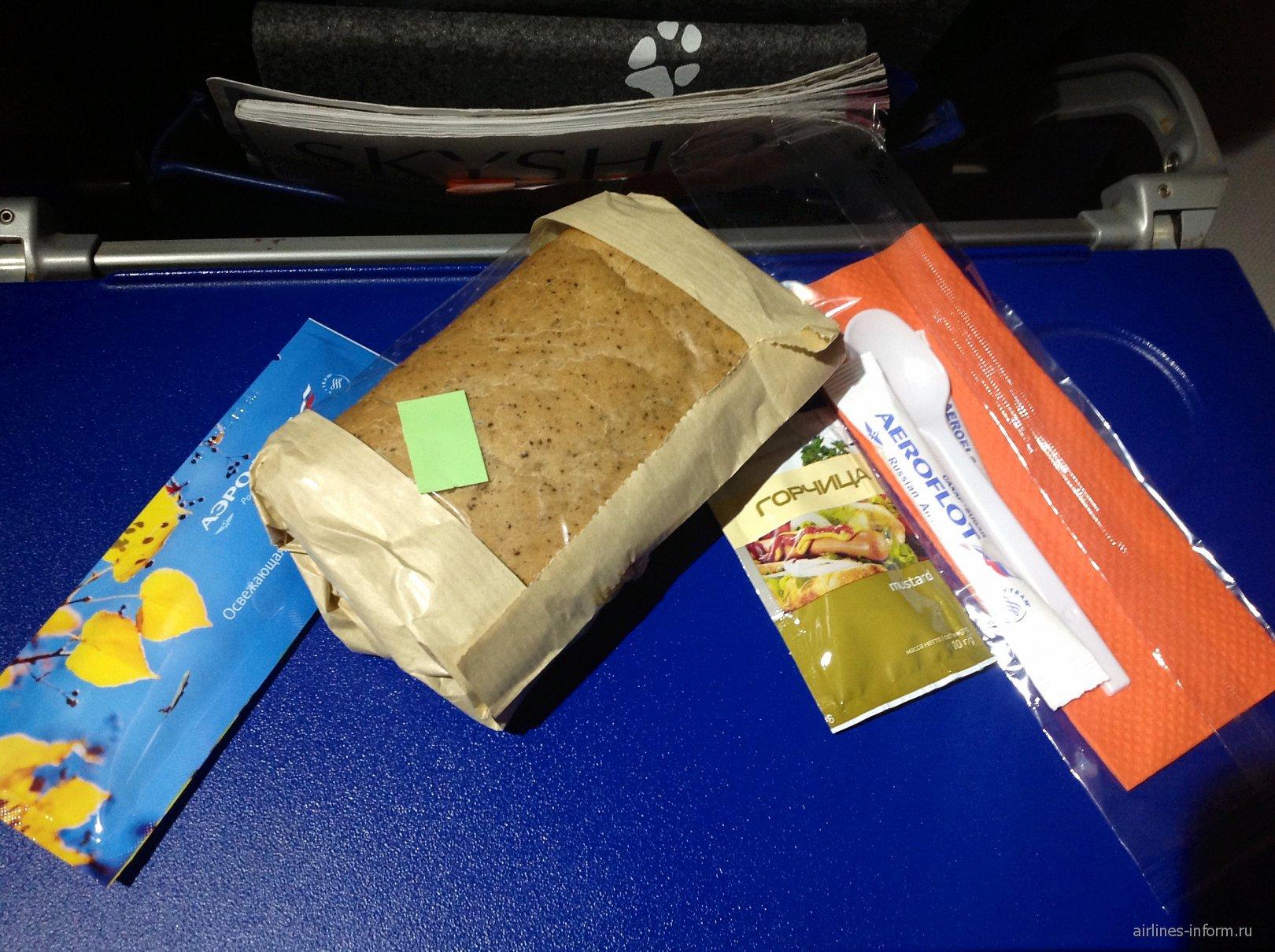 Бортовое питание (сэндвич с курицей) на рейсе Аэрофлота Хельсинки-Москва