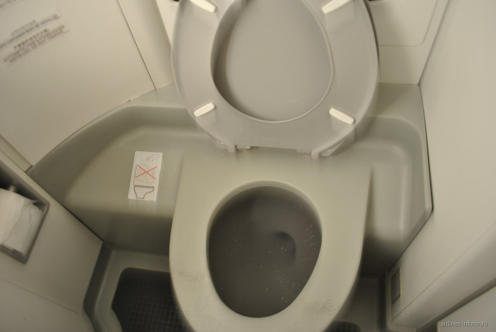 Туалет в самолете Embraer 190 авиакомпании China Southern Airlines