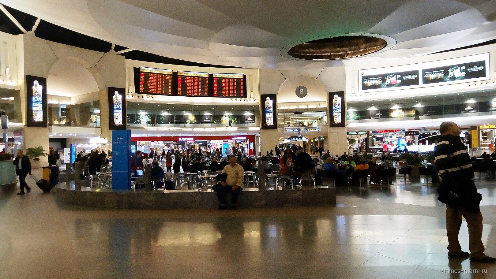 Круглый зал в чистой зоне аэропорта Тель-Авив Бен Гурион