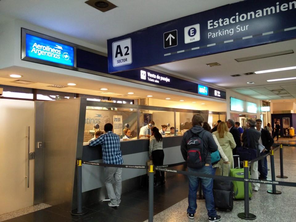 Билетные кассы Авиалиний Аргентины в аэропорту Буэнос-Айрес Хорхе Ньюбери